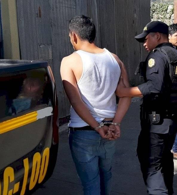 Gerson Rodríguez fue capturado por la PNC en Sacatepéquez. Sería el hombre que amenazó con una pistola a la encargada de un negocio. Foto: PNC