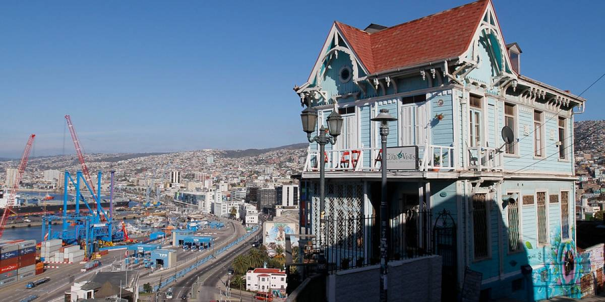 Insólito: denuncian a funcionaria por organizar cumpleaños en oficina municipal de Valparaíso