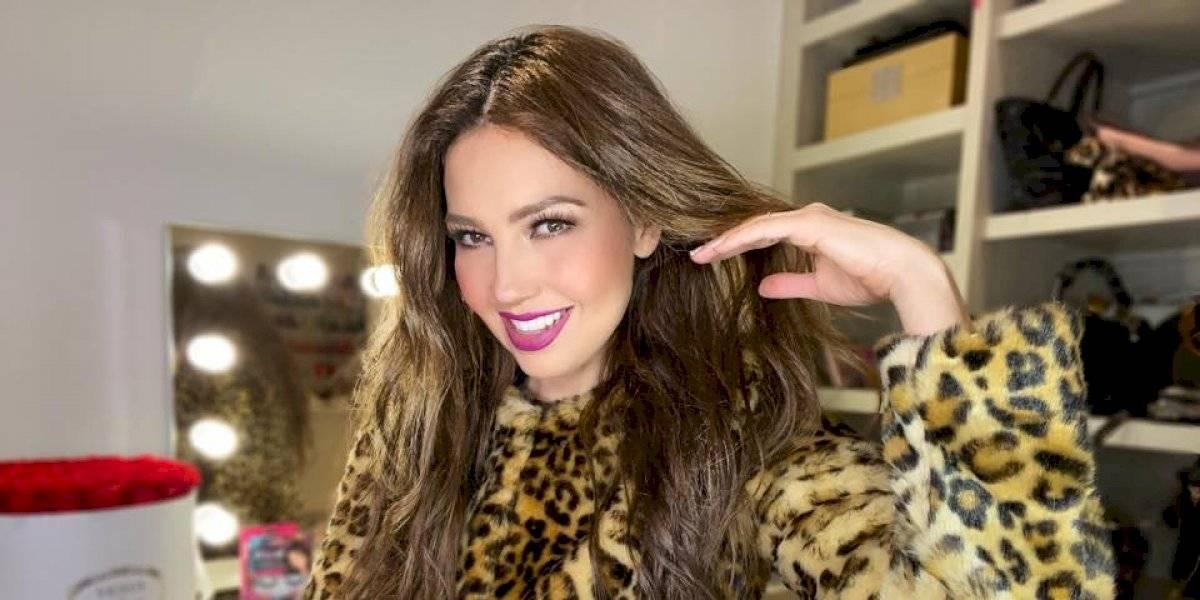 Sin ropa y envuelta en una colcha, ¡Thalía comparte sensual foto como Dios la trajo al mundo!