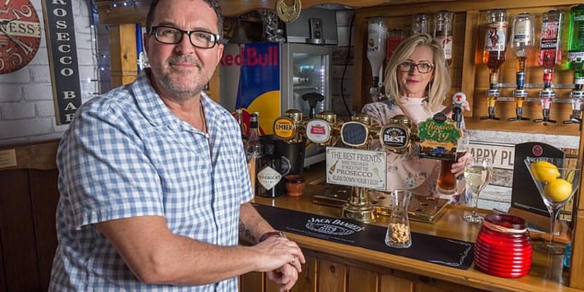 Mujer le construye un bar a su esposo para que estuviera más tiempo en casa