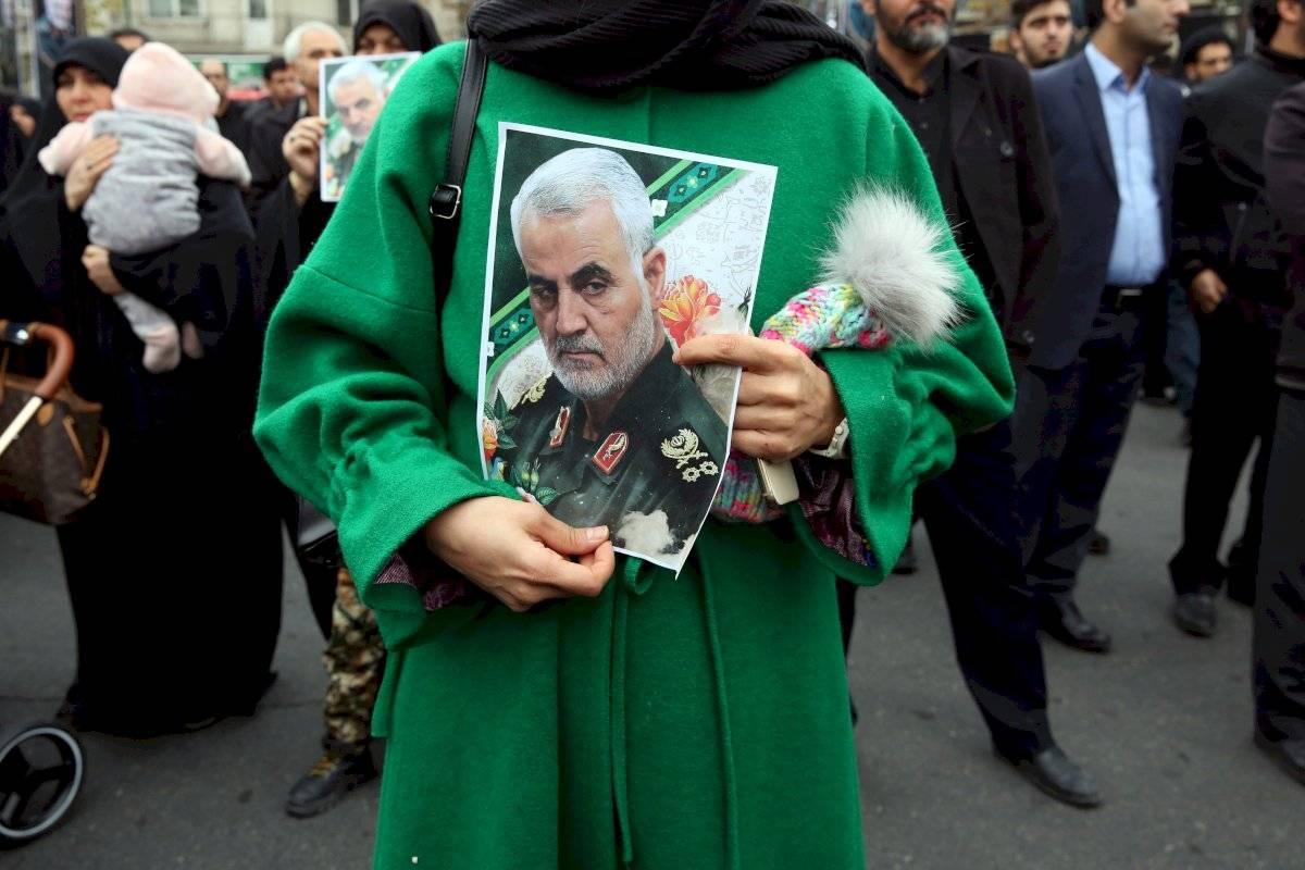 Una mujer iraní sostiene una foto que representa al difunto teniente general del Cuerpo de Guardias Revolucionarios iraníes (IRGC) y comandante de la Fuerza Quds Qasem Soleimani