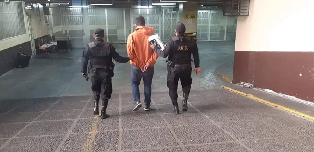 PNC captura a supuesto robacarros. Foto: PNC