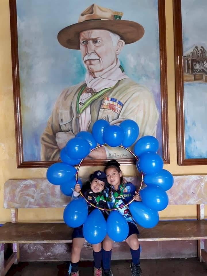 Cachorros de los scouts frente al retrato de lord Robert Baden-Powell. Foto: Scouts de Guatemala
