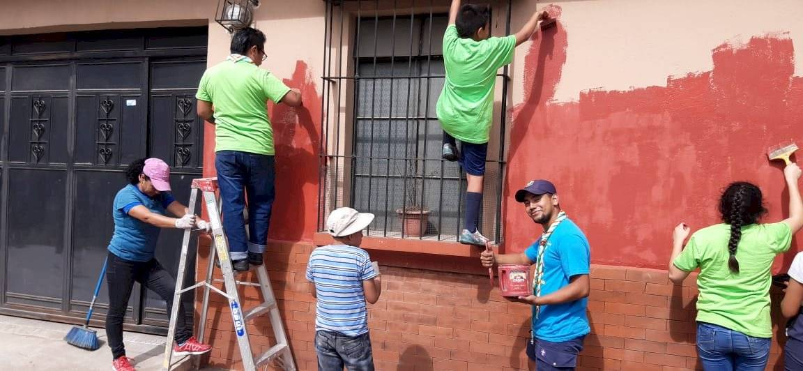 Scouts pintan casas en el Centro Histórico. Foto: Scouts de Guatemala