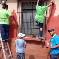Scouts pintan casas en el Centro Histórico.