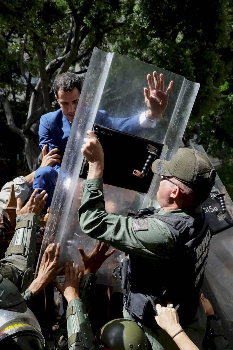 Juan Guaidó trepa una reja en un intento por ingresar a la sede de la Asamblea Nacional