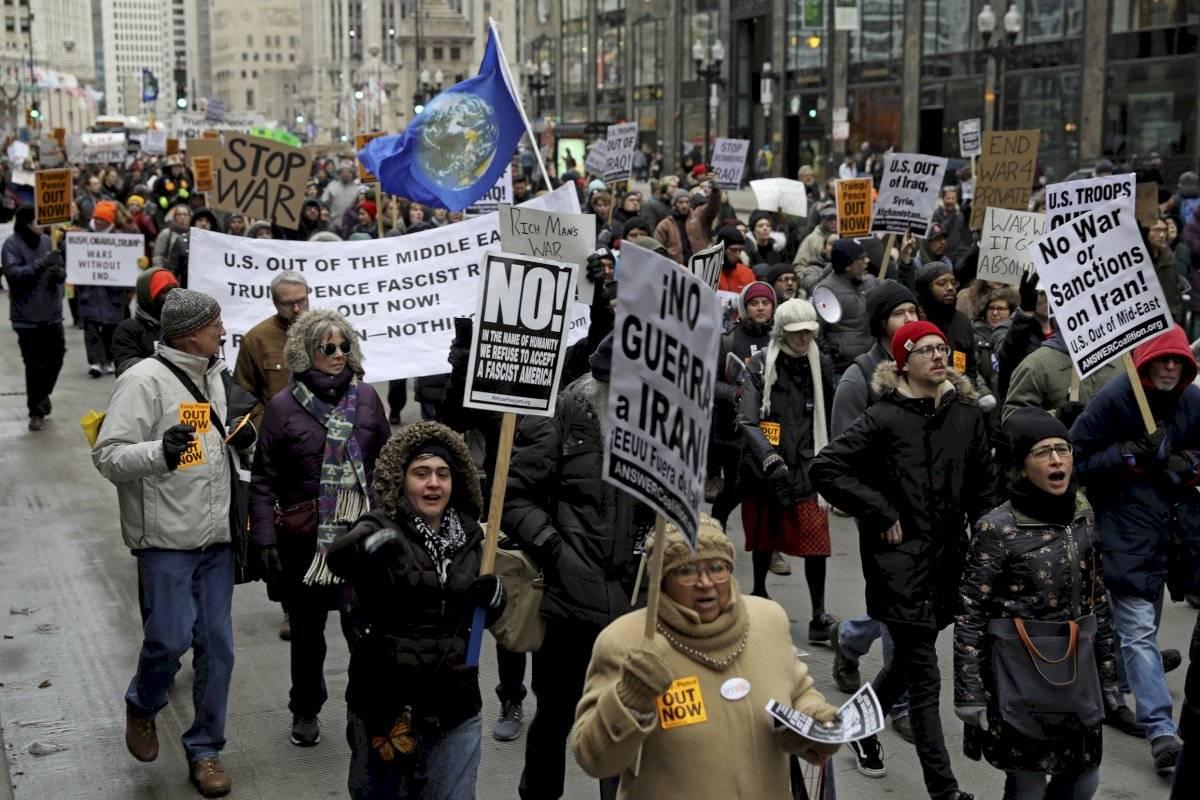 Activistas se reúnen cerca de la Torre Trump de Chicago AP