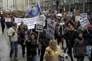 Activistas se reúnen cerca de la Torre Trump de Chicago
