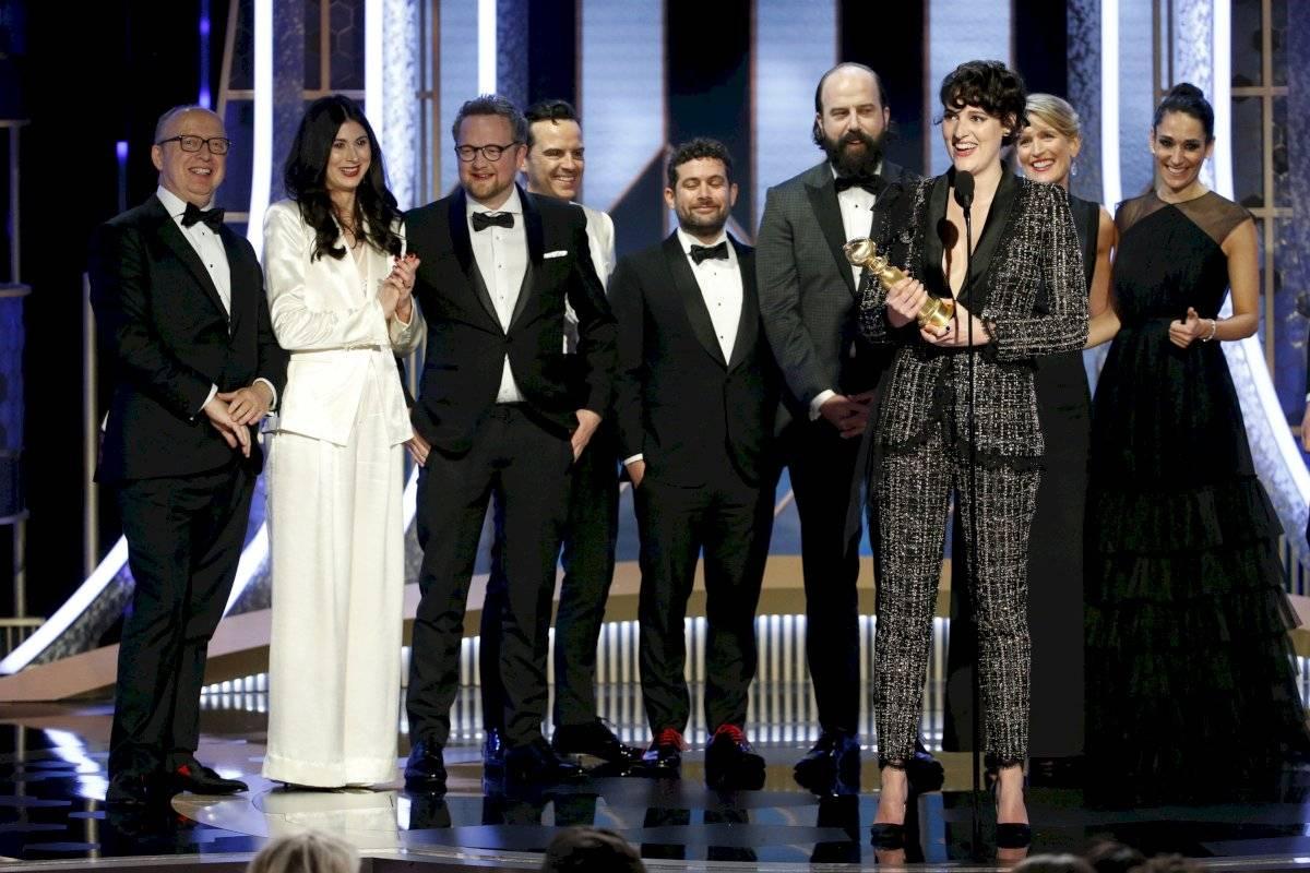 """En esta imagen difundida por NBC, Phoebe Waller-Bridge, acompañada por miembros del equipo y elenco de """"Fleabag"""", recibe el Globo de Oro a la mejor serie de comedia el domingo 5 de enero del 2020 en Beverly Hills, California. (Paul Drinkwater/NBC via AP)"""