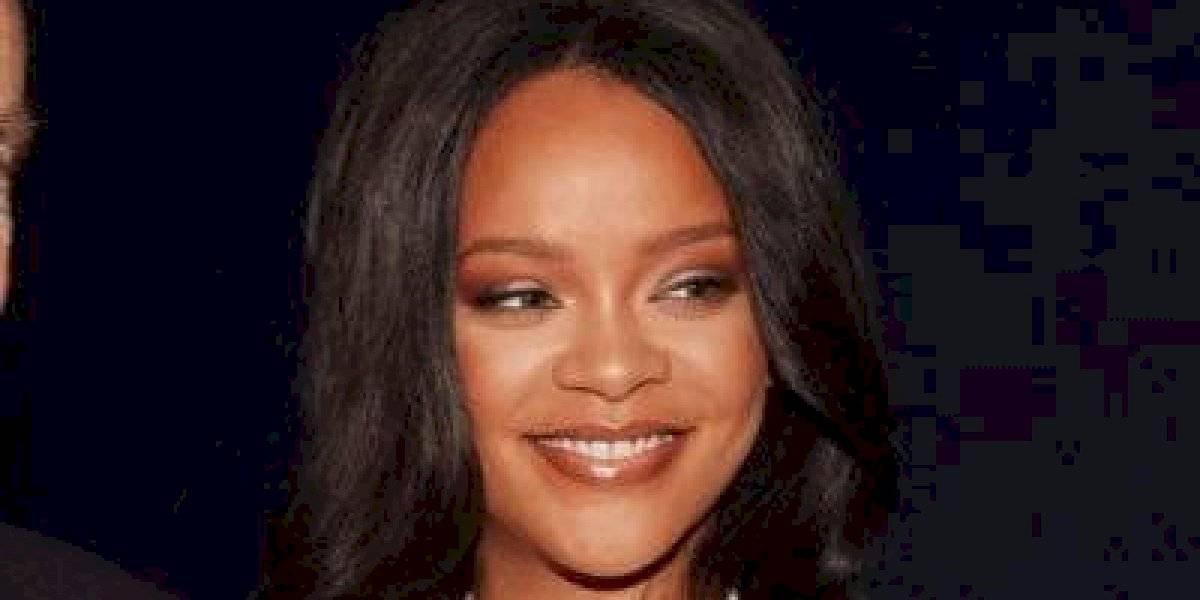 Rihanna aparece sem maquiagem e com imperfeições em sua primeira selfie do ano