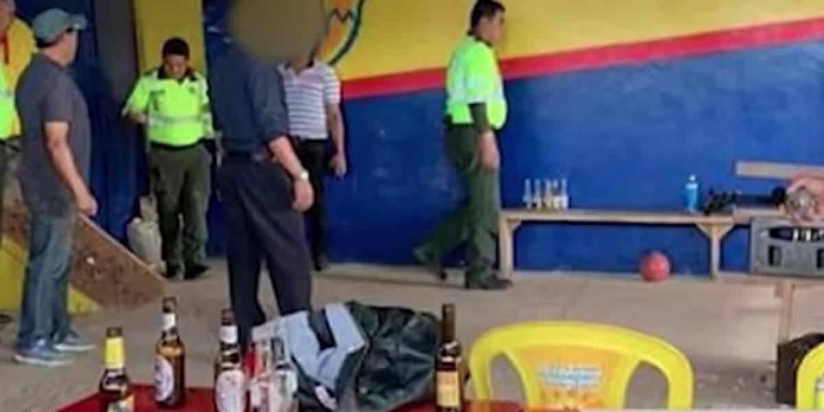 Policías armados y uniformados fueron encontrados tomando cerveza y jugando tejo