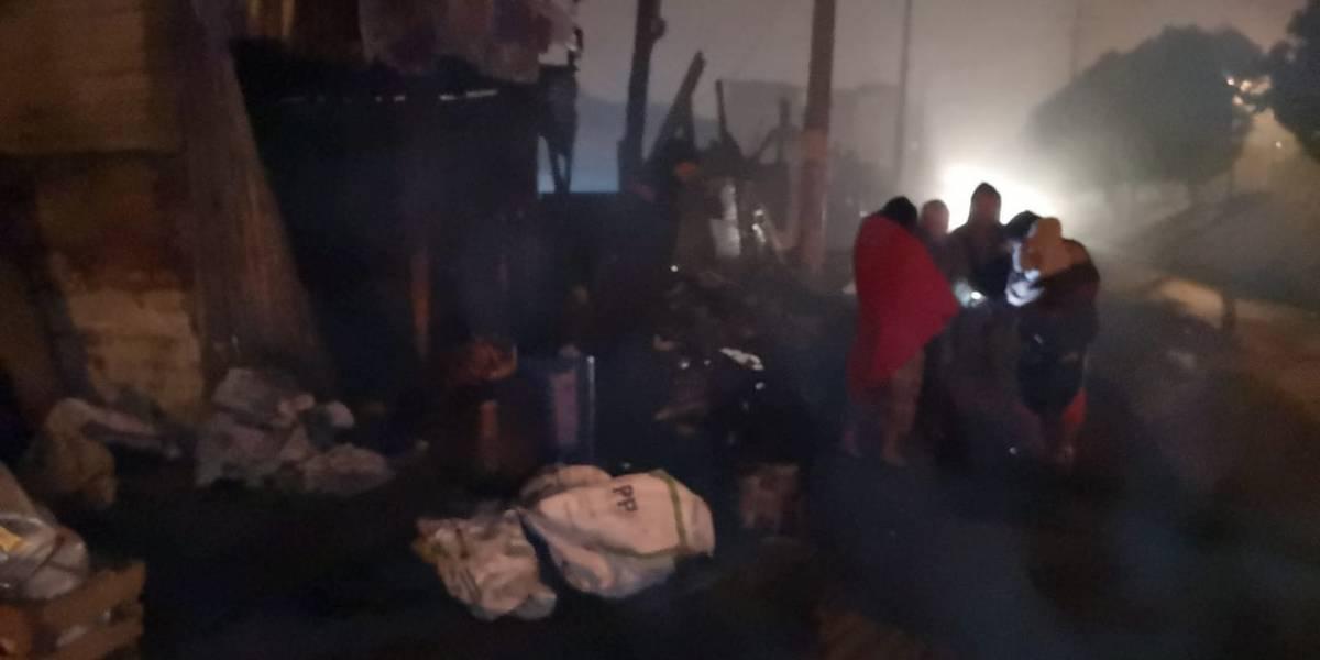 Afectados por incendio en zona 4 pernoctan en la vía pública
