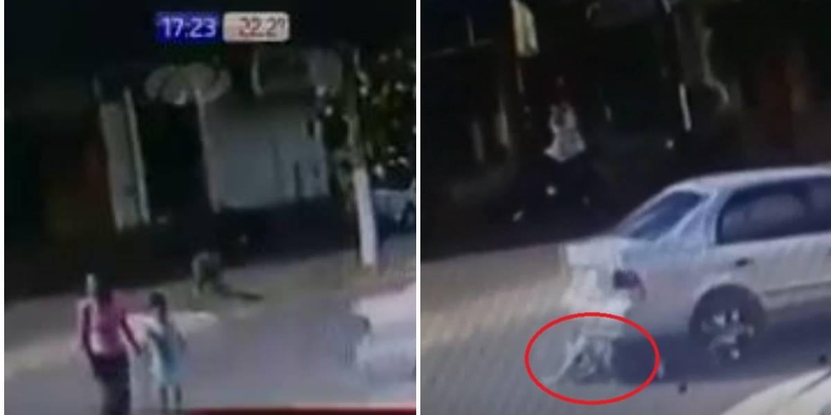(Video) Mujer es arrollada por vehículo y resulta completamente ilesa