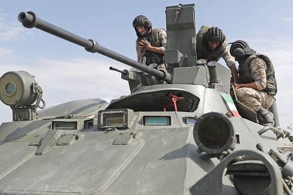 Los militares iraníes en un vehículo blindado de transporte anfibio BTR-80 Getty Images