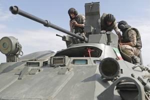 Los militares iraníes en un vehículo blindado de transporte anfibio BTR-80
