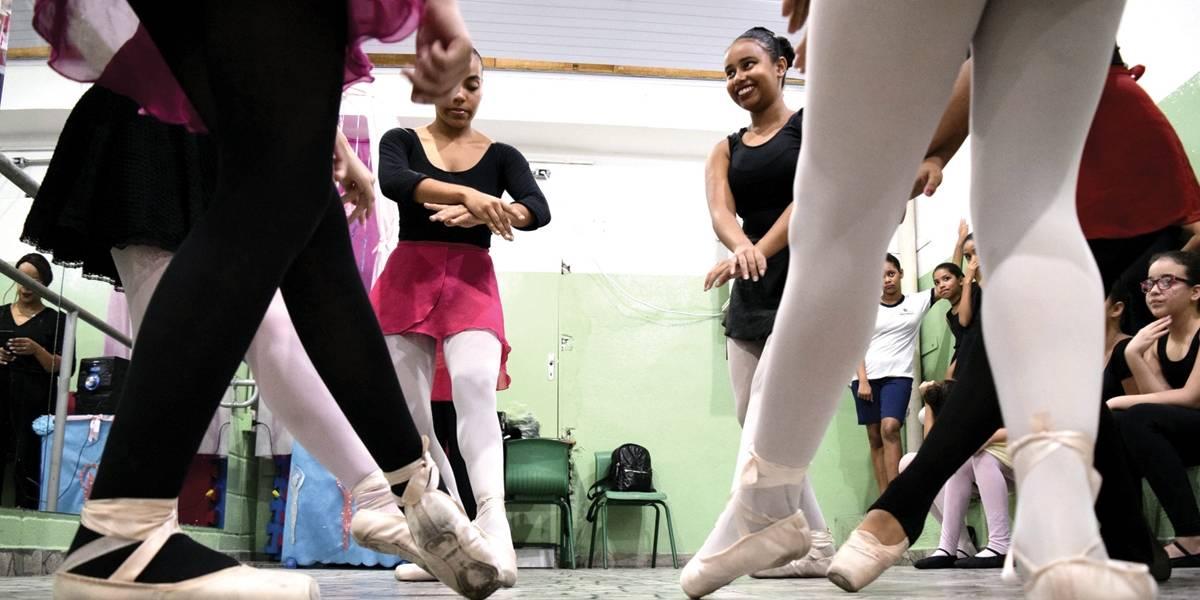 Curso de balé em escola municipal de São Paulo faz sucesso entre alunas