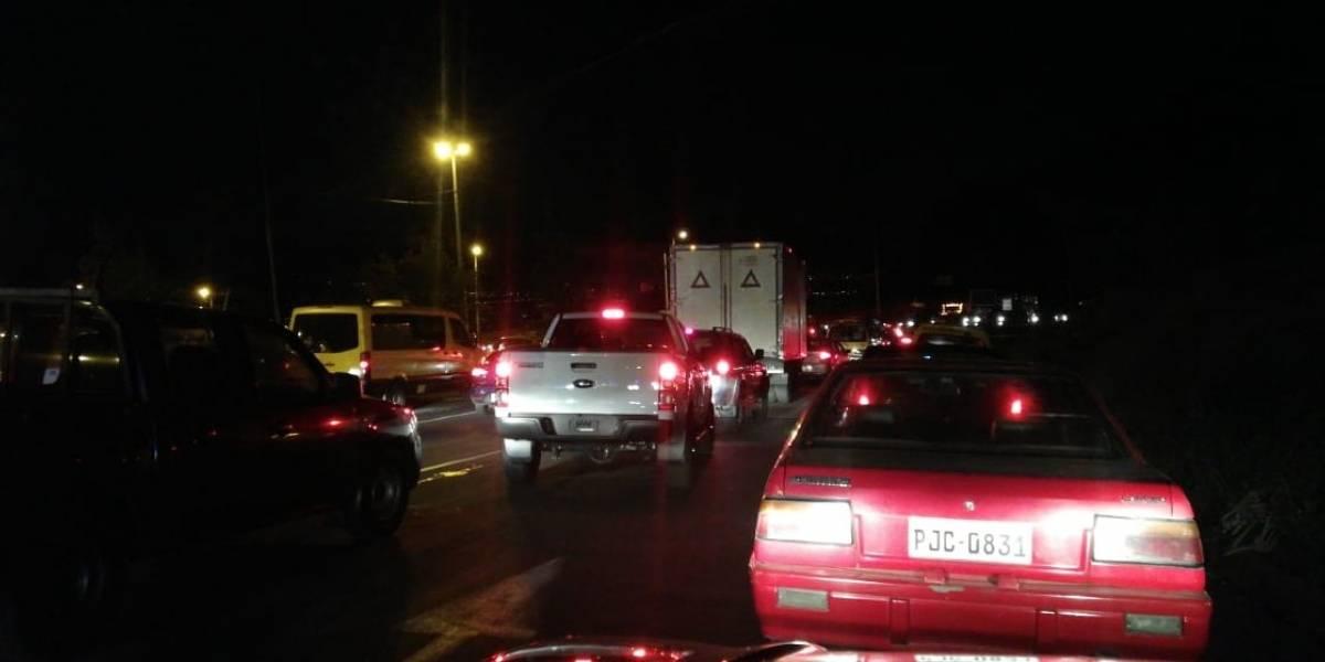 ACTUALIZACIÓN: Tráfico pesado en la avenida Simón Bolívar; se desprendió la roca del talud
