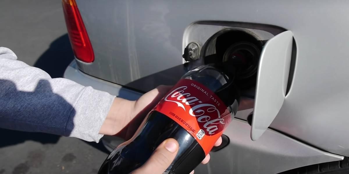 ¿Qué pasa si llenas el tanque de gasolina de tu auto con Coca Cola? Un youtuber lo hizo y esto sucedió
