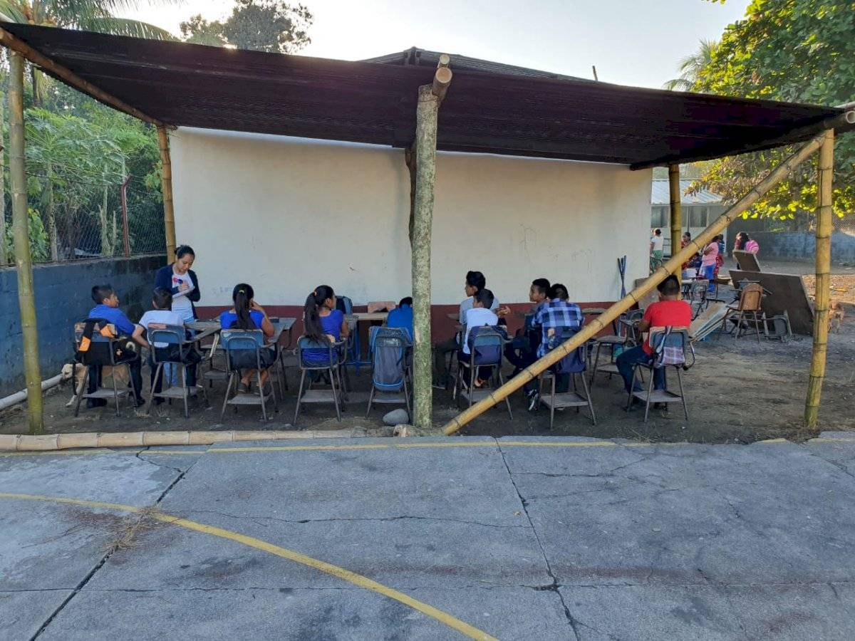 Ciclo escolar se inicia en una galera en Chicacao