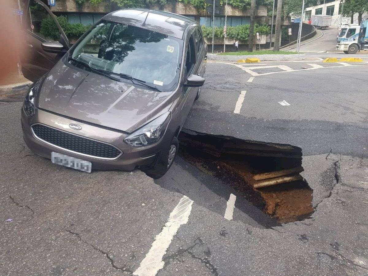 Carro cai em cratera na rua Carlos Comenale