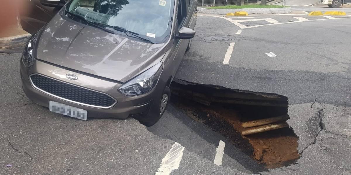 Carro cai em cratera aberta em rua do centro de São Paulo