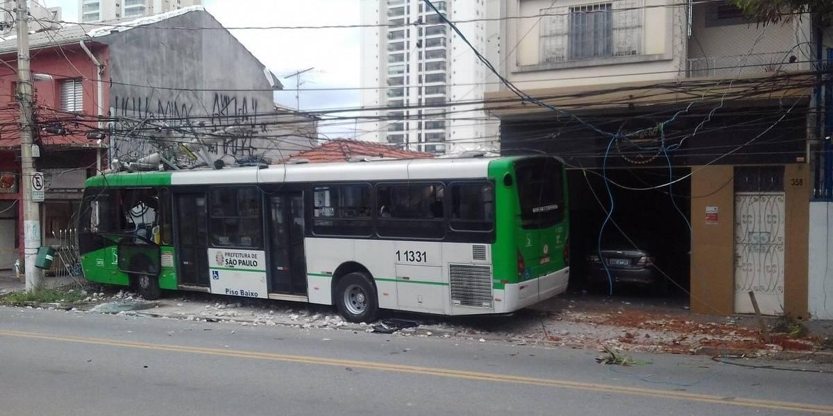Ônibus bate em poste na Vila Leopoldina e duas pessoas ficam feridas