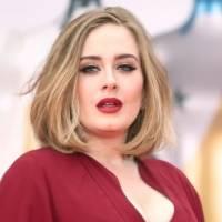 Adele enamora con un pantalón a la cintura rosa pastel, una camisa de flecos y un blazer