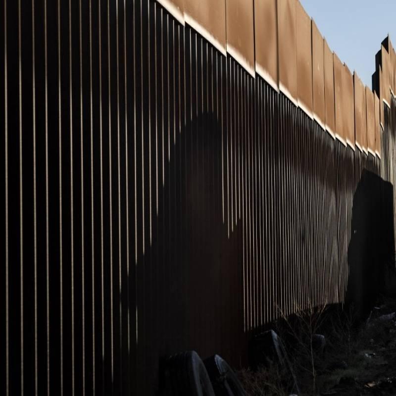 Patrulla Fronteriza halla a 63 migrantes dentro de un tráiler en Texas Los agentes fronterizos fueron alertados por un perro de la unidad K-9 de CBP