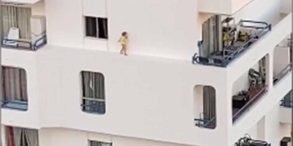 Vídeo viral de criança pulando janela e caminhando até varanda no 5º andar desespera as redes sociais