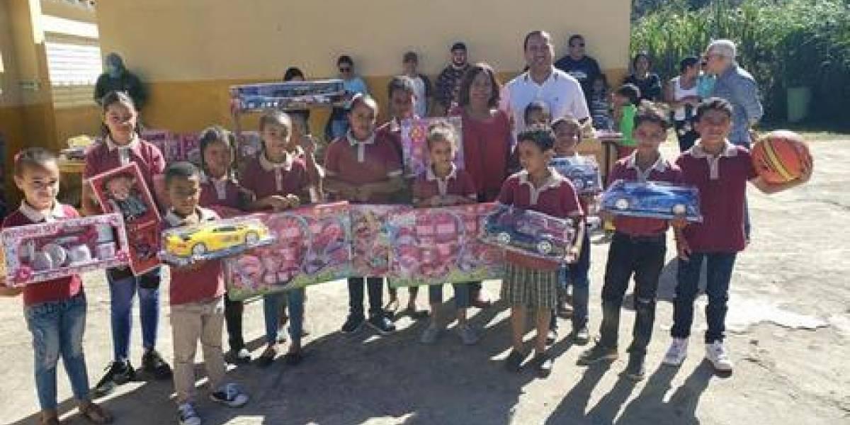 Entidades entregan regalos solidarios a infantes