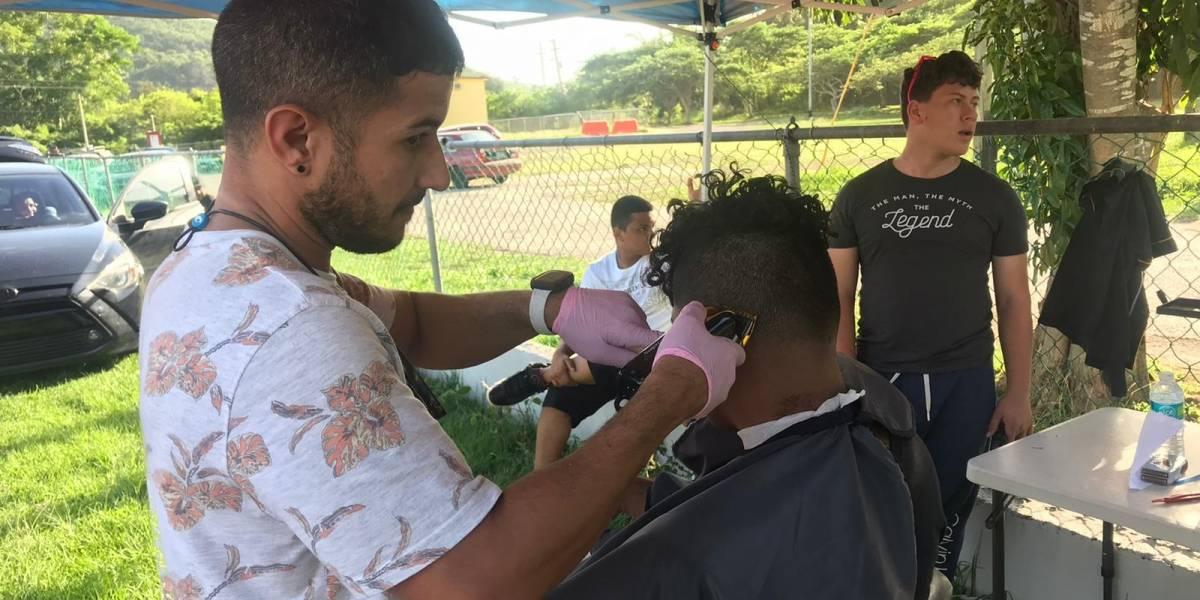 Barbero da recortes gratis a refugiados por temblores en el sur