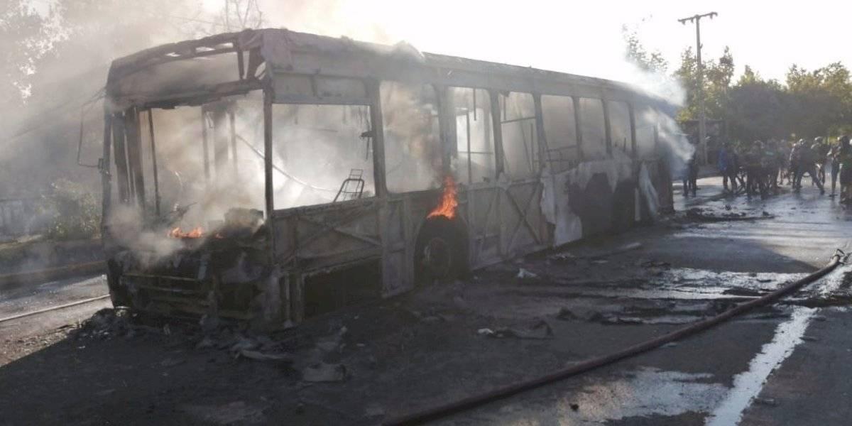 Incendian bus de Transantiago en avenida Santa María con Pío Nono en viernes de protesta