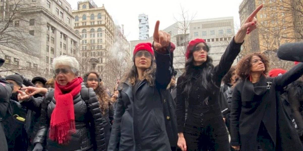 """""""The rapist is you"""": mujeres realizan performance de Las Tesis en las afueras de juicio a Harvey Weinstein en Nueva York"""