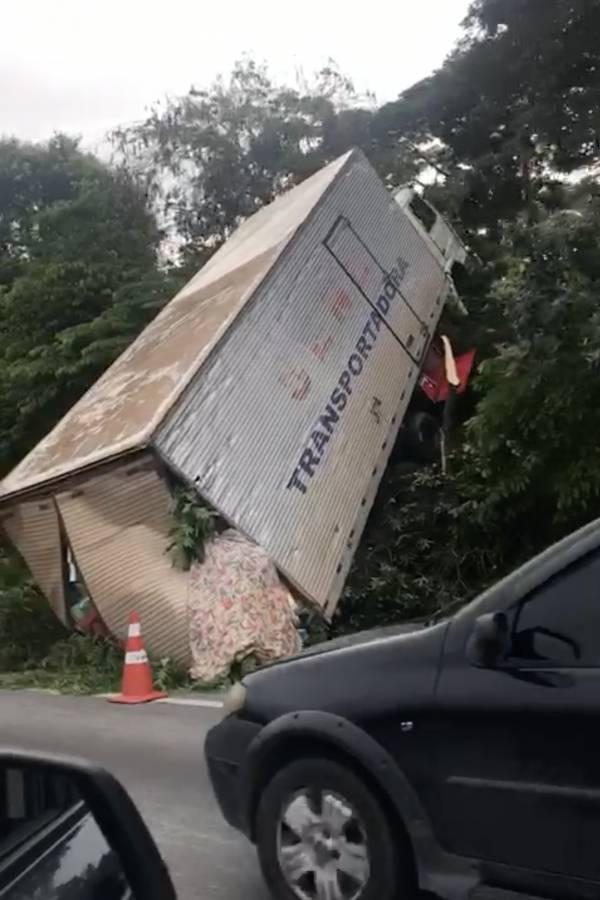 Rodovia Régis Bittencourt acidente caminhão