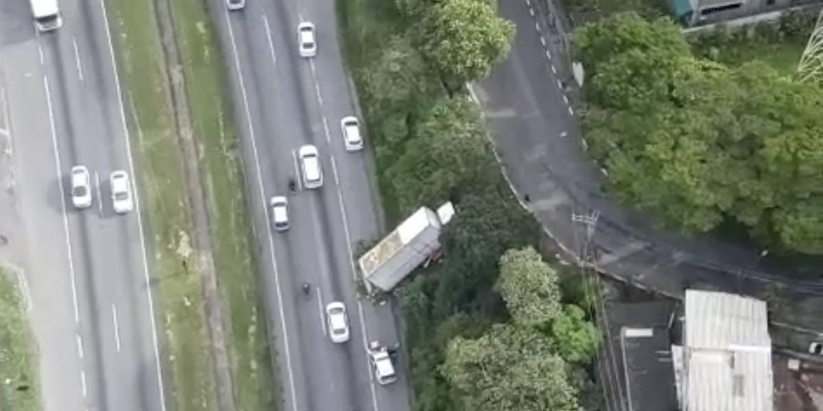 Caminhão cai em morro e fica quase levantado na rodovia Régis Bittencourt