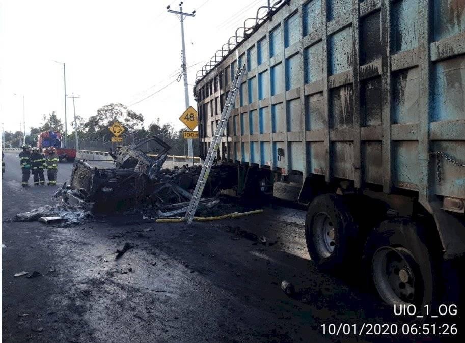 Personal de EMGIRS informó que el vehículo pertenece a su empresa, al momento se encuentran realizando el cambio de los neumáticos del remolque