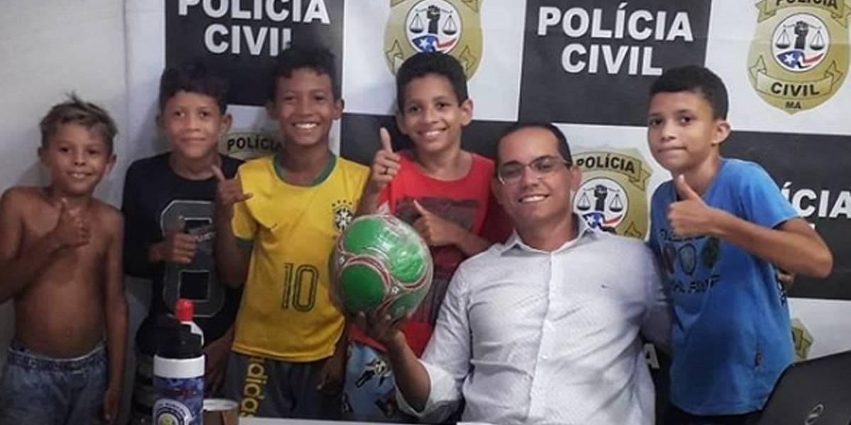 Crianças 'denunciam' vizinha que não devolveu bola após brincadeira na rua