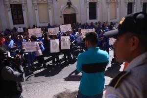 Trabajadores de la PDH manifiestan frente al Congreso para pedir traslado de fondos