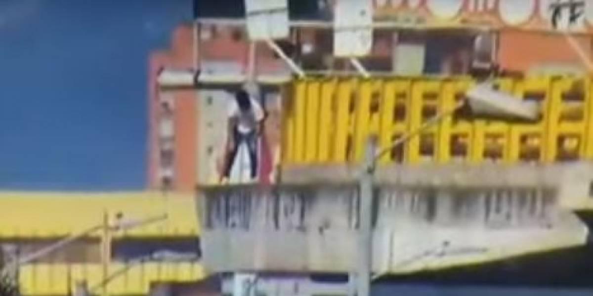 (VIDEO) Grupo de Policías evitó que joven se lanzara de un puente en Bogotá