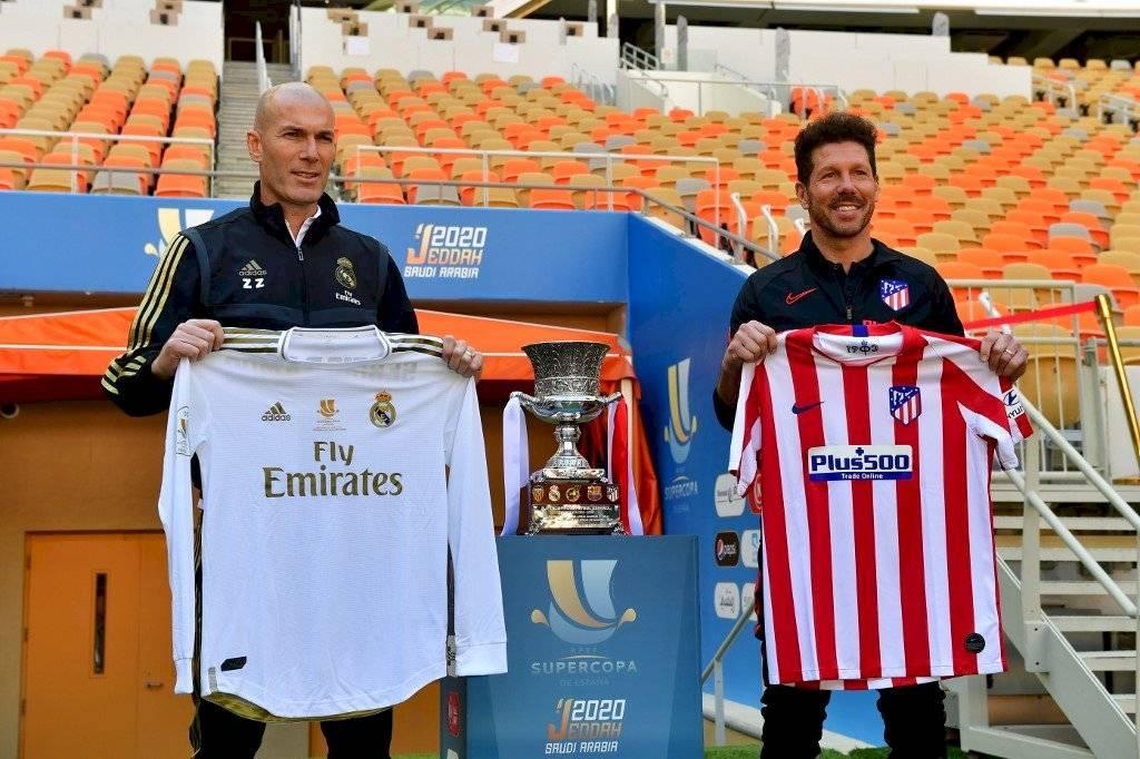 Foto AFP   Los técnicos Zinedine Zidane y Diego Simeone posaron previo a la final de la Supercopa de España