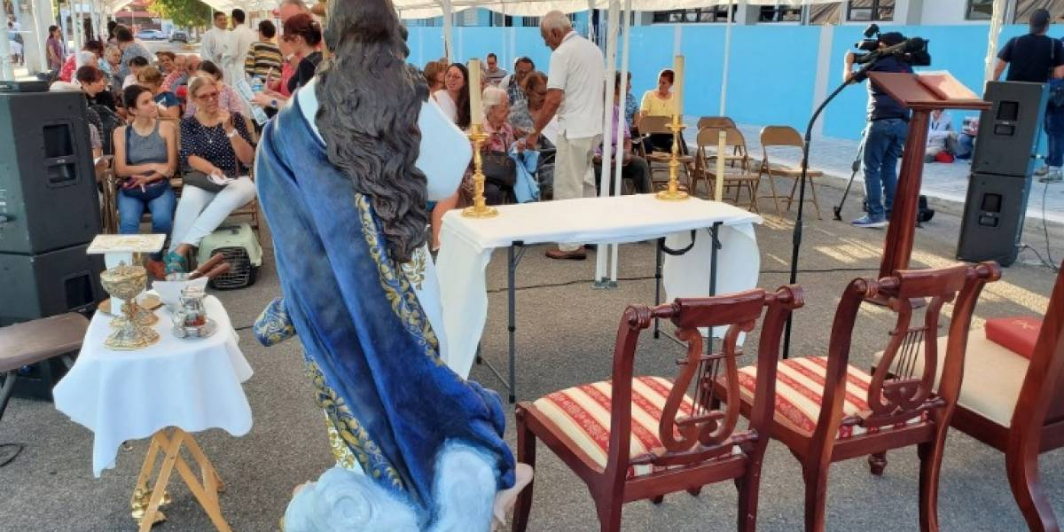 Celebran bajo carpas la misa de Iglesia de Guayanilla