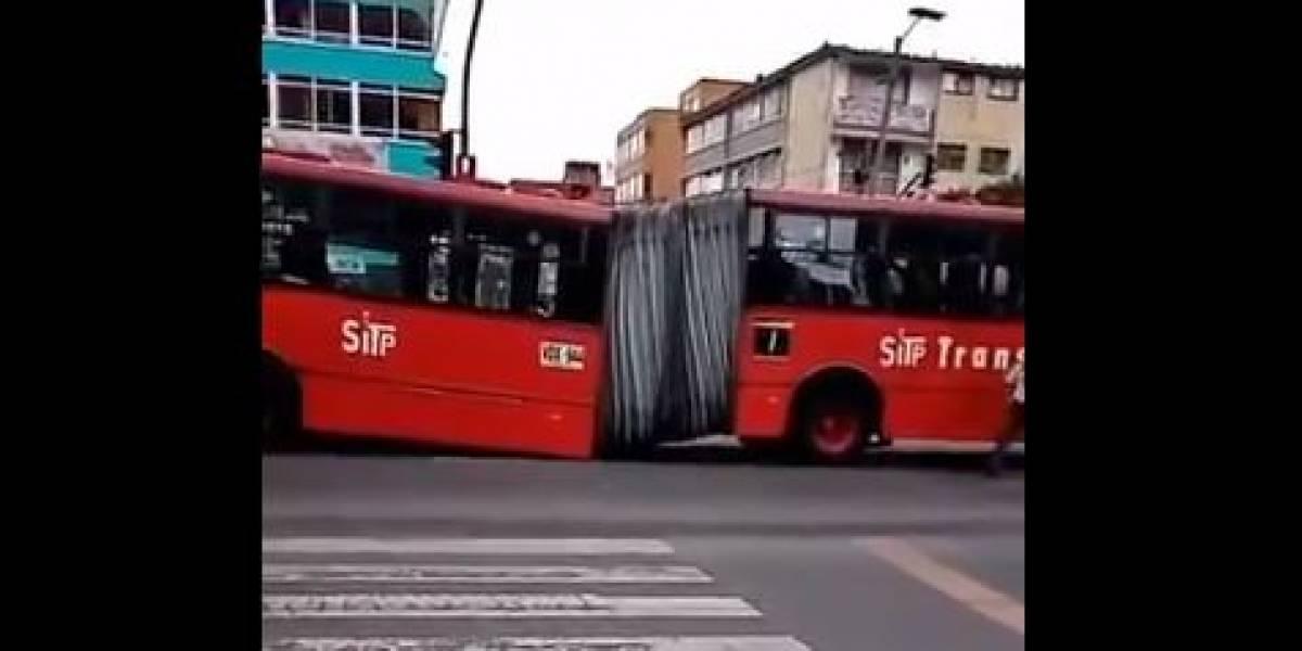 (VIDEO) ¡Instantes de pánico! Articulado de TransMilenio se partió en dos sobre la Avenida Caracas