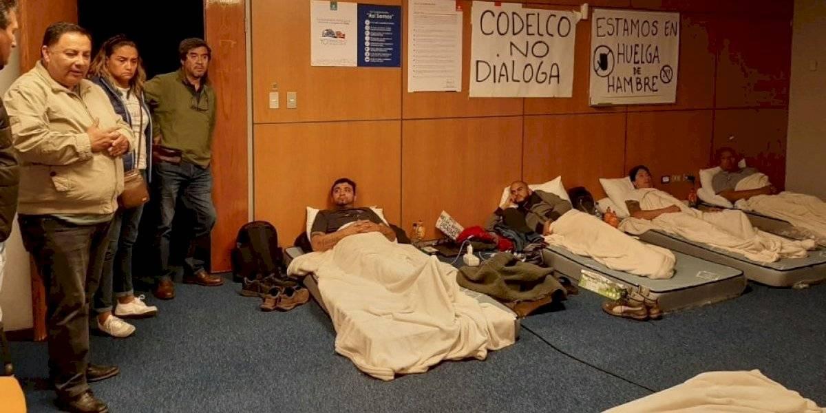 """Trabajadores en huelga de hambre exigen a Codelco """"diálogo y negociación"""" para superar conflicto laboral"""