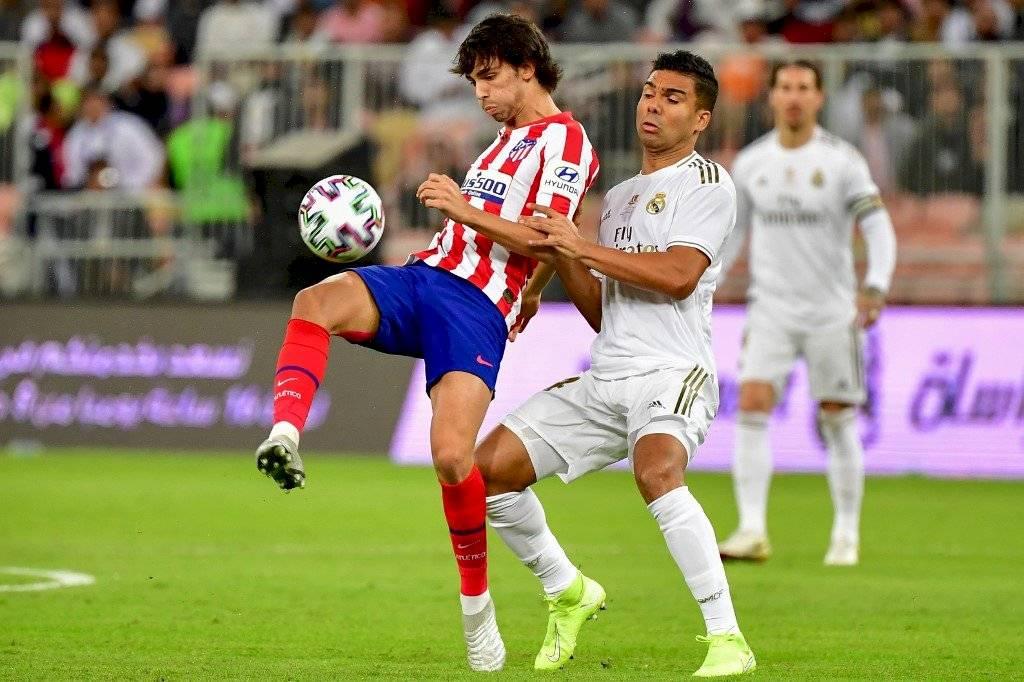 Joao Félix y Casemiro disputando un balón