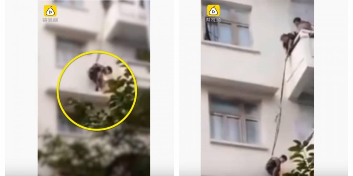 (VIDEO) Abuela descuelga a su nieto de un quinto piso para salvar a su gato