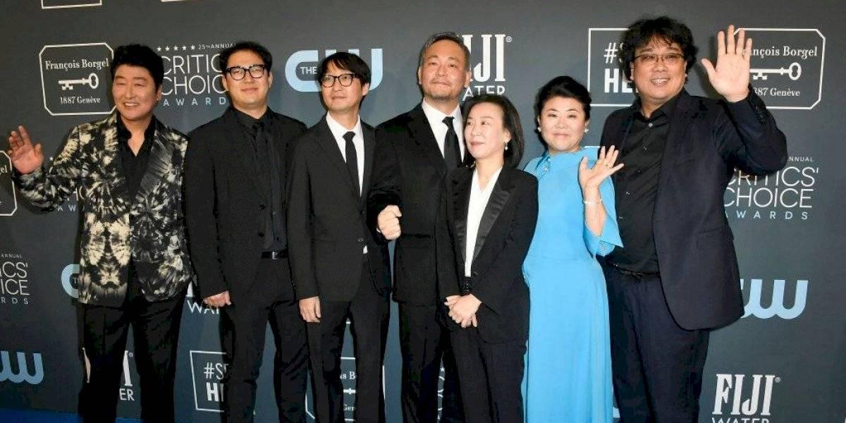 Llegan famosos a la alfombra roja de los Critics' Choice Awards