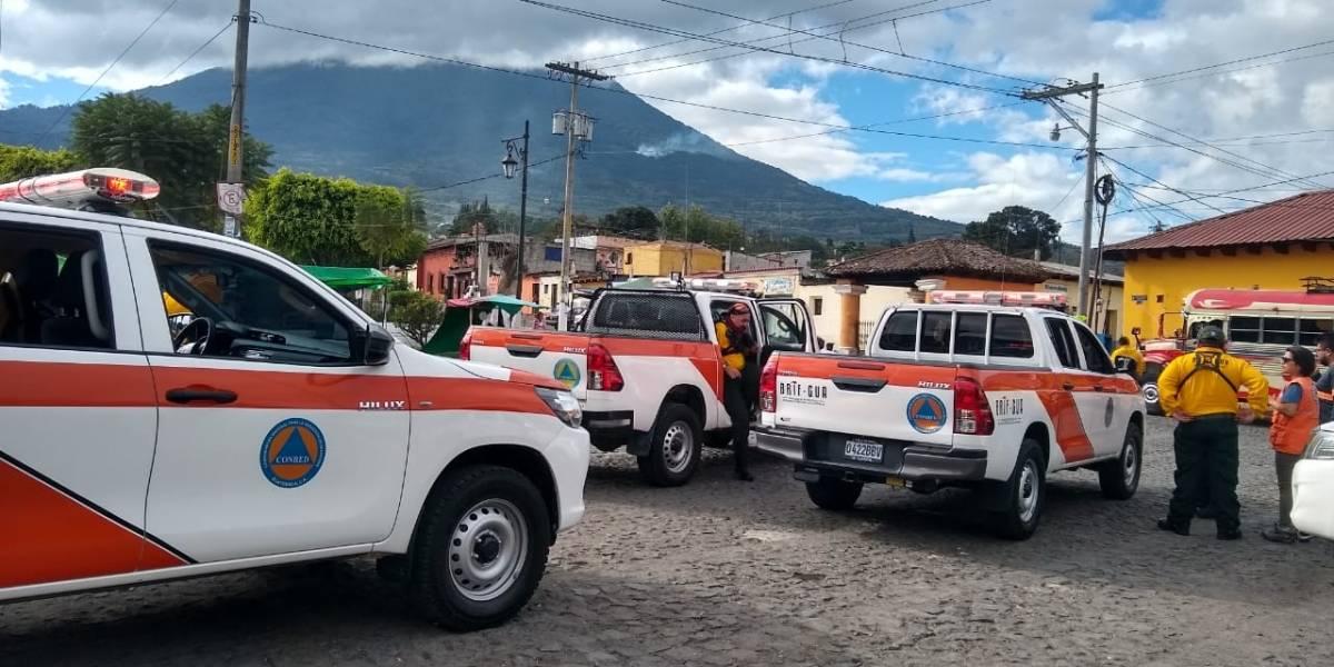Brigadistas ascienden el volcán de Agua para liquidar incendio forestal