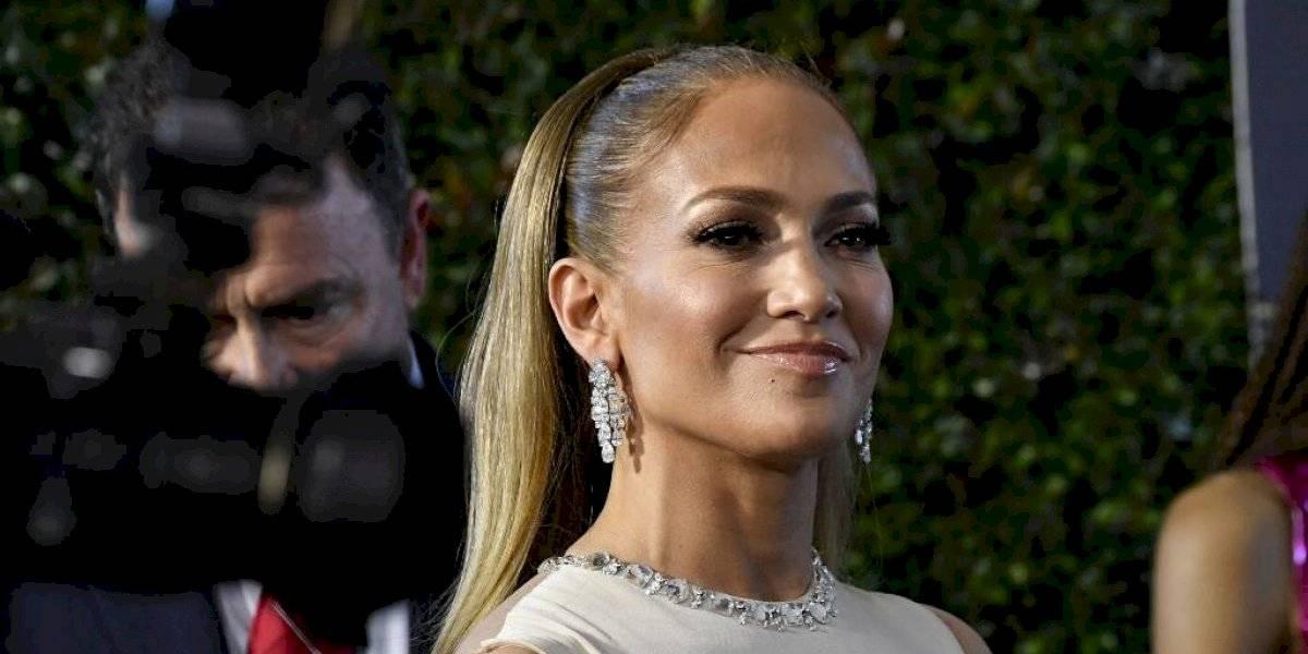 Con un ajustado vestido y tremendo escote trasero Jennifer López se roba las miradas