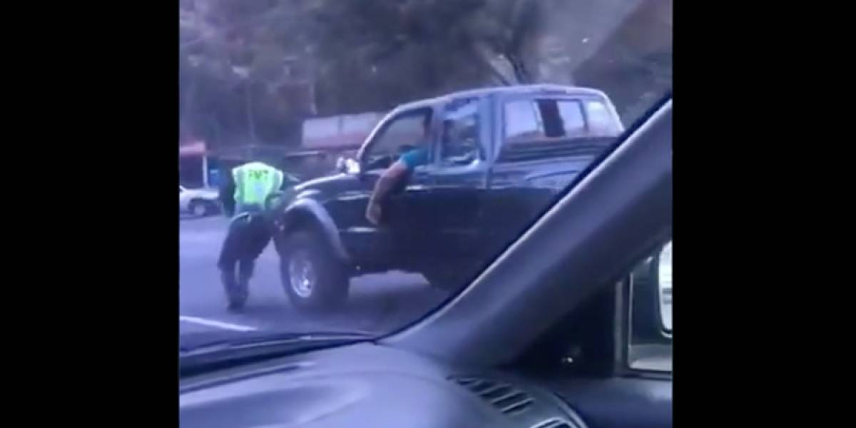 VIDEO. Conductor de picop intenta atropellar a un agente PMT