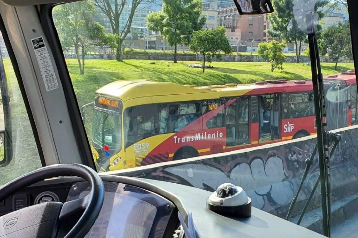 Noticias Bus De Transmilenio Se Salio De La Via Y Termino En El Separador De La Calle 26 Publimetro Colombia